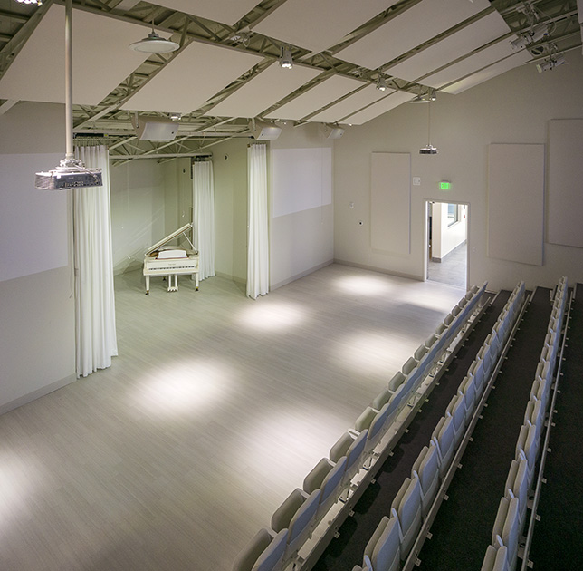 White box theaters are great for experimental theater and arts performances, as well as school assemblies or meetings.